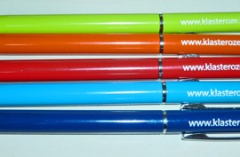 Cienki, metalowy długopis z kolorową końcówką do ekranów dotykowych (touch)